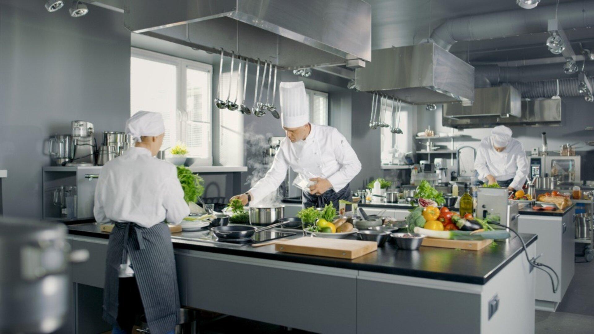 Wyposażenie hotelowej kuchni a prestiż hotelu