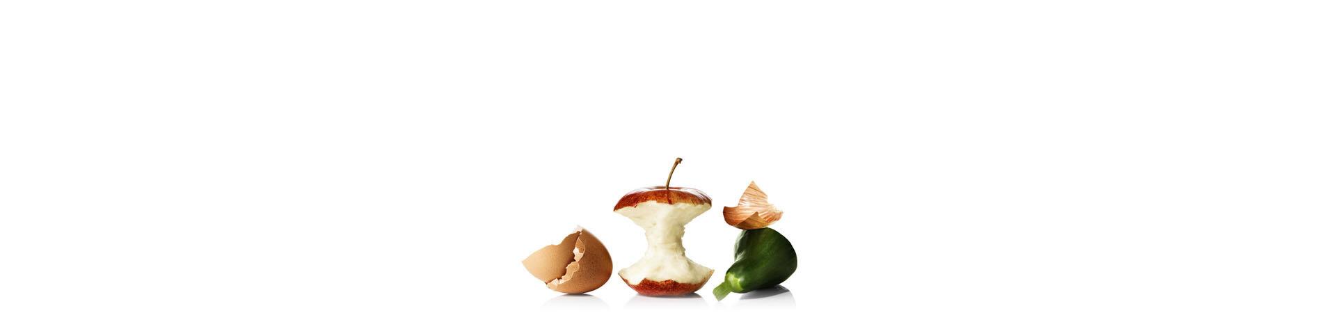 Les restes d'oeufs, de pommes et de paprika