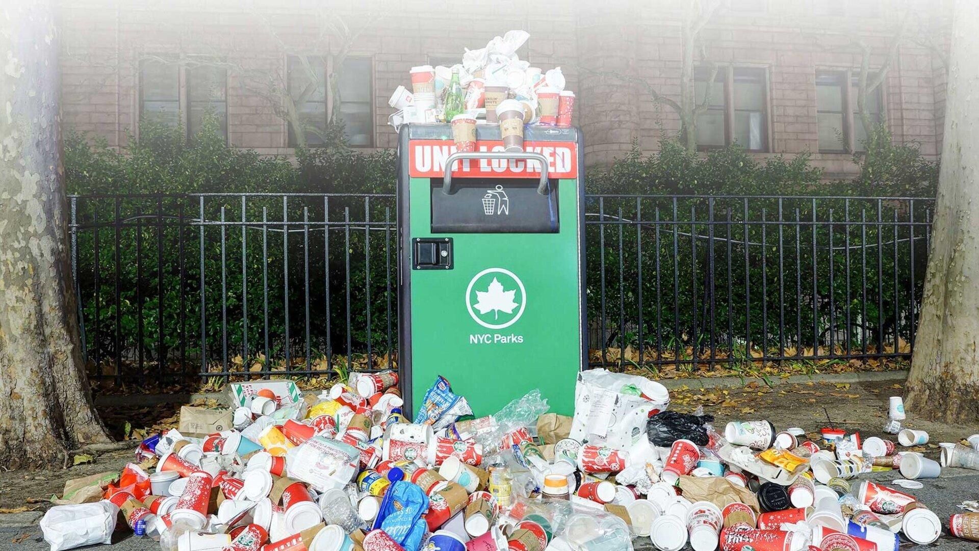 Einfach nur weggeworfen: Dutzende von Einweg-Plastikbechern liegen auf der Straße