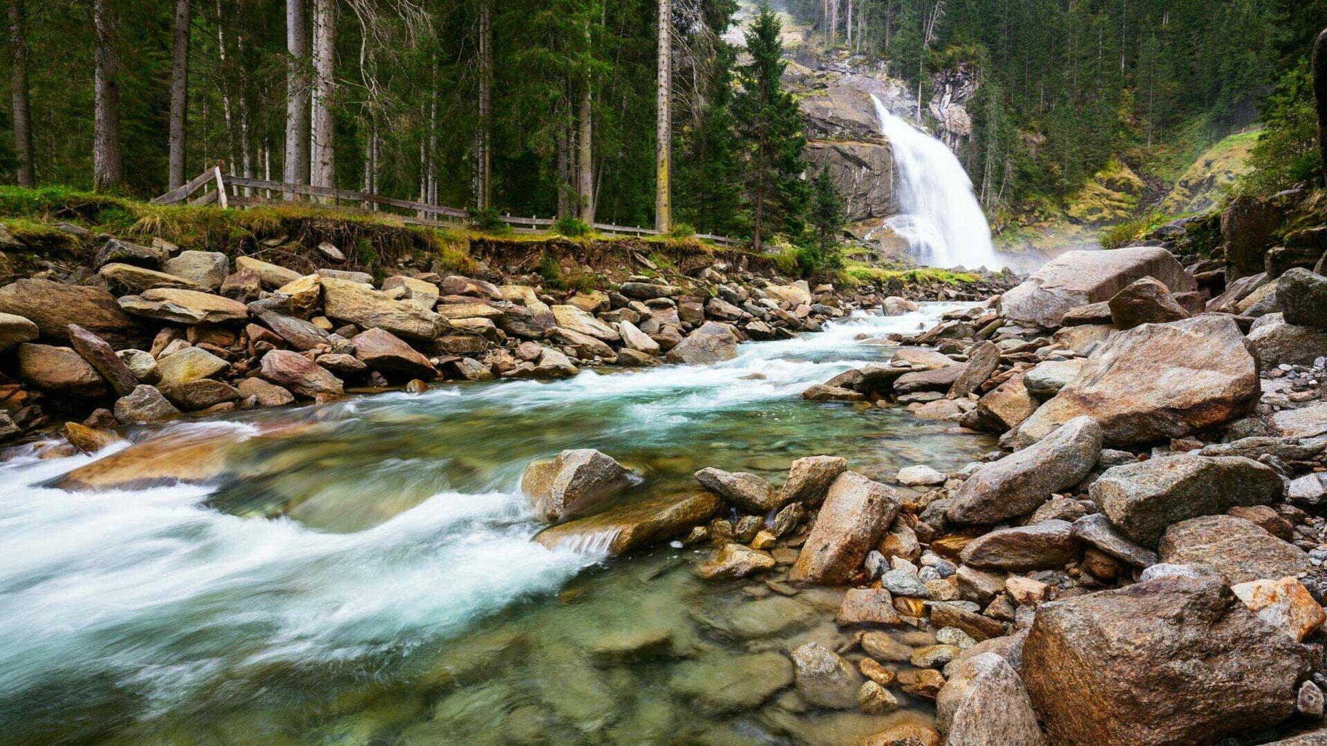 Flussbett mit klarem Wasser