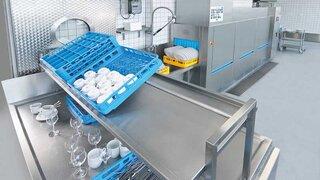 Ergonomische Belastung für die Mitarbeiter: schwere Körbe mit Geschirr