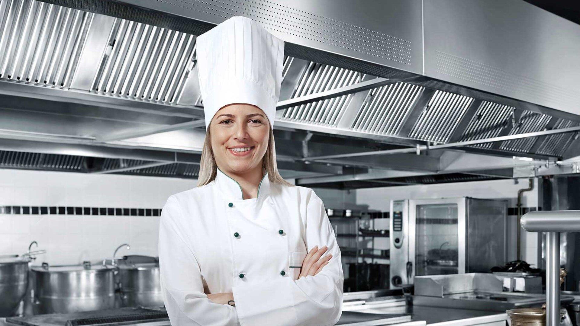专业厨师在不锈钢厨房里