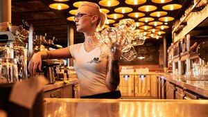 Bis zu 5.000 Gläser am Abend verlangen der Spültechnik einiges ab