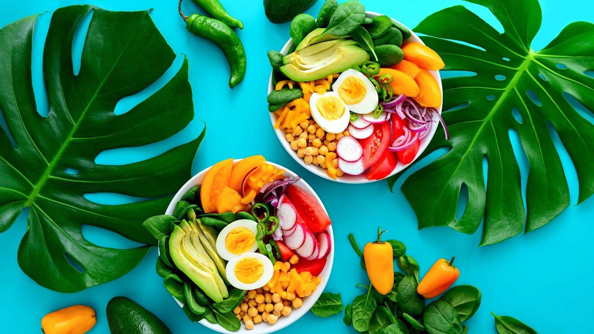 Renkli salata ve sebze kase avokado, yumurta, Mısır ve daha fazlası